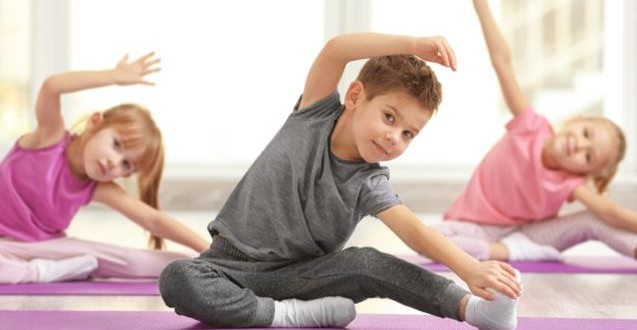"""Yoga per la famiglia (adulti e bambini """"giochiamo con lo yoga"""")"""