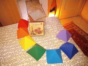 Piramidi colorate in cartone per cromoterapia